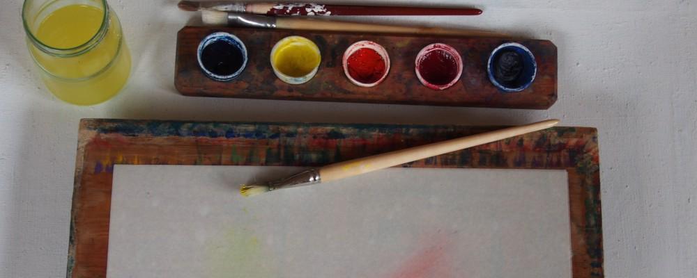Pensel med färg i ställ