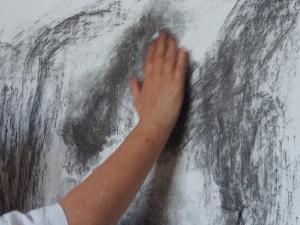 Teckna med fingrar och grå färg