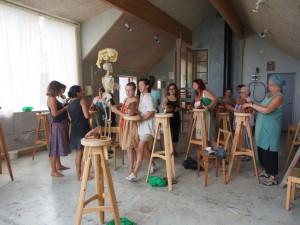 Konstnärer i arbete med skulpturer